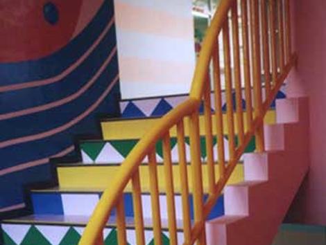 新しく改装された階段です