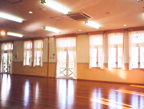遊戯室内部。縦長の窓が特徴です