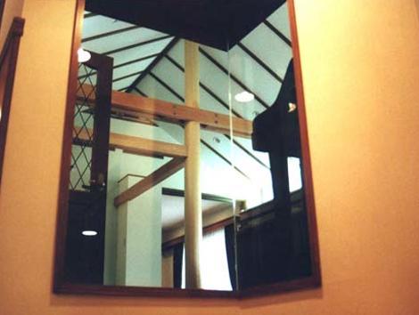居間の天井です。斜めに上がっていて化粧線がついています